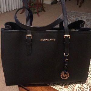7c64ec35d0336c Michael kors purse it's new never been used,